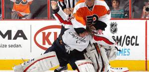 110113-NHL-Ray-Emery-Fights-WIth-Braden-Holtby-PI-CH_20131102015328580_660_320